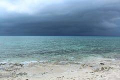 在风暴古巴前的蓝色海洋 库存照片