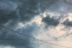 在风暴以后的云彩有导线背景 免版税图库摄影