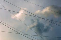 在风暴以后的云彩有导线背景 库存照片