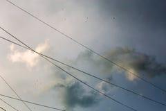 在风暴以后的云彩有导线背景 免版税库存照片