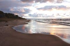 在风暴以后的休伦湖海滩 库存照片