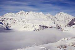 在风暴以后的晴朗的早晨在冬天山 库存图片