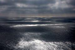 在风暴天和海洋合并的天空 库存照片