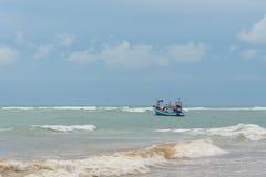 在风暴接近的渔船 免版税库存照片