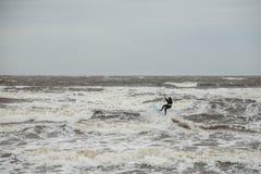 在风暴的冲浪的波浪 免版税库存照片