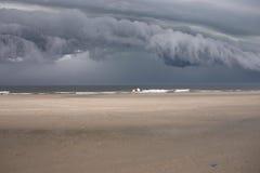 在风暴的海滩云彩 图库摄影