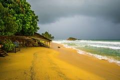 在风暴的海滩小屋 库存照片