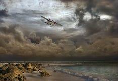 在风暴的空中冒险一架小飞机 免版税图库摄影