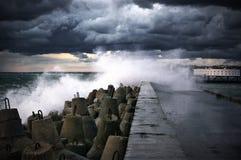 在风暴的防堤 免版税库存照片