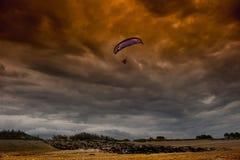在风暴的滑翔伞 免版税库存图片