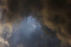 在风暴,背景前的雨云 图库摄影