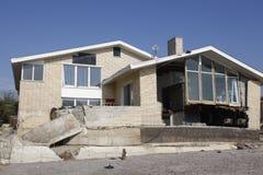 在飓风桑迪后的被毁坏的海滨别墅在远的Rockaway,纽约 库存图片