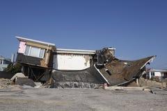 在飓风桑迪后的被毁坏的海滨别墅在远的Rockaway,纽约 免版税库存图片
