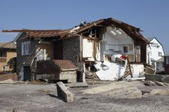 在飓风桑迪后的被毁坏的海滨别墅在远的Rockaway,纽约 免版税库存照片