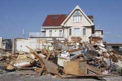 在飓风桑迪后的被毁坏的海滨别墅在远的Rockaway,纽约 图库摄影