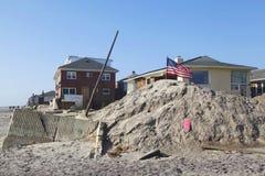 在飓风桑迪后的被毁坏的海滨别墅在远的Rockaway, NY 免版税图库摄影