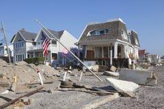 在飓风桑迪后的被毁坏的海滨别墅在远的Rockaway, NY 库存图片