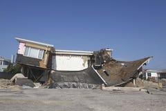 在飓风桑迪后的被毁坏的海滨别墅在远的Rockaway, NY 图库摄影