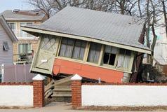 在飓风桑迪后的被毁坏的海滨别墅在通风点, NY 库存图片