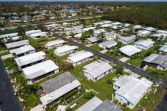 在飓风被毁坏的活动房屋厄马以后在那不勒斯佛罗里达美国 库存照片