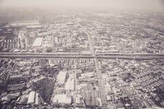 在飞机上的一个巨大城市视图 免版税库存图片