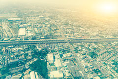 在飞机上的一个巨大城市视图 库存图片