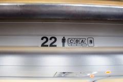 在飞机上的座位号码告诉乘客哪里预留了 库存照片