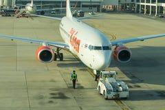 在飞机上的泰国狮子航空公司装货货物在门 库存图片