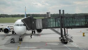 在飞机上的着陆 人们穿过一家未被认出的航空公司的jetbridge 假期的概念和 影视素材