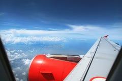 在飞机上的窗口外面 免版税库存照片
