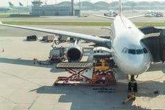 在飞机上的装货货物在飞行前的机场 库存照片