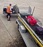 在飞机上的装载皮箱 免版税图库摄影