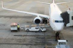 在飞机上的装货货物在机场 货物飞机装货或 库存图片