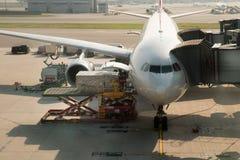 在飞机上的装货货物在飞行前的机场 图库摄影