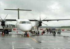 在飞机上的装货行李在机场 免版税库存图片