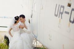 在飞机旁边的婚礼夫妇 库存照片