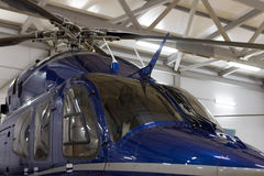 在飞机棚停放的豪华私有直升机 库存图片