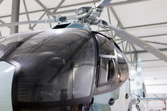 在飞机棚停放的豪华私有直升机 免版税库存图片