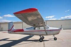 在飞机棚前面的小的飞机 免版税库存照片