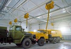 在飞机棚车库的大老货物卡车 免版税库存图片