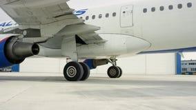 在飞机棚附近的平面停车处 在跑道的大白色喷气式客机飞机在机场在一个晴天 停放的飞机  股票录像
