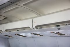 在飞机的客舱的机架 库存图片