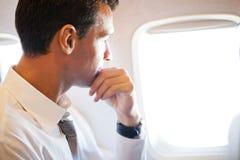 在飞机的生意人 免版税库存图片