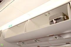 在飞机的行李架 免版税库存图片