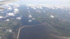 在飞机窗口外面的4K阿姆斯特丹视图,在荷兰上的平面飞行 股票录像