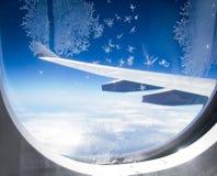 在飞机窗口的冰花 免版税库存照片