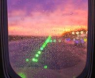 在飞机靠窗座位的雨下落 库存图片