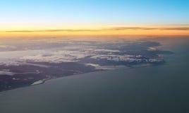 在飞机飞行地产海景视窗之上 库存照片
