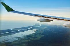 在飞机飞行地产海景视窗之上 免版税库存图片