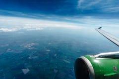 在飞机飞行地产海景视窗之上 免版税库存照片